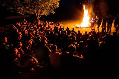 Die Momente am Lagerfeuer sind gerade für die jungen Aktivisten unvergesslich.